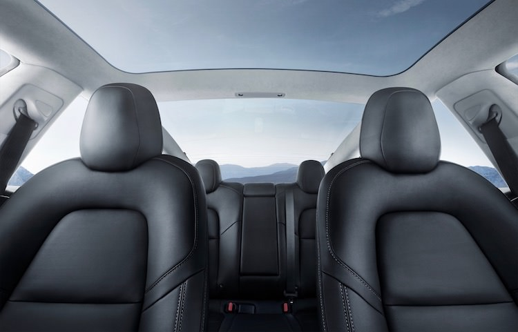 Tesla Model 3 interieur en glazen dak