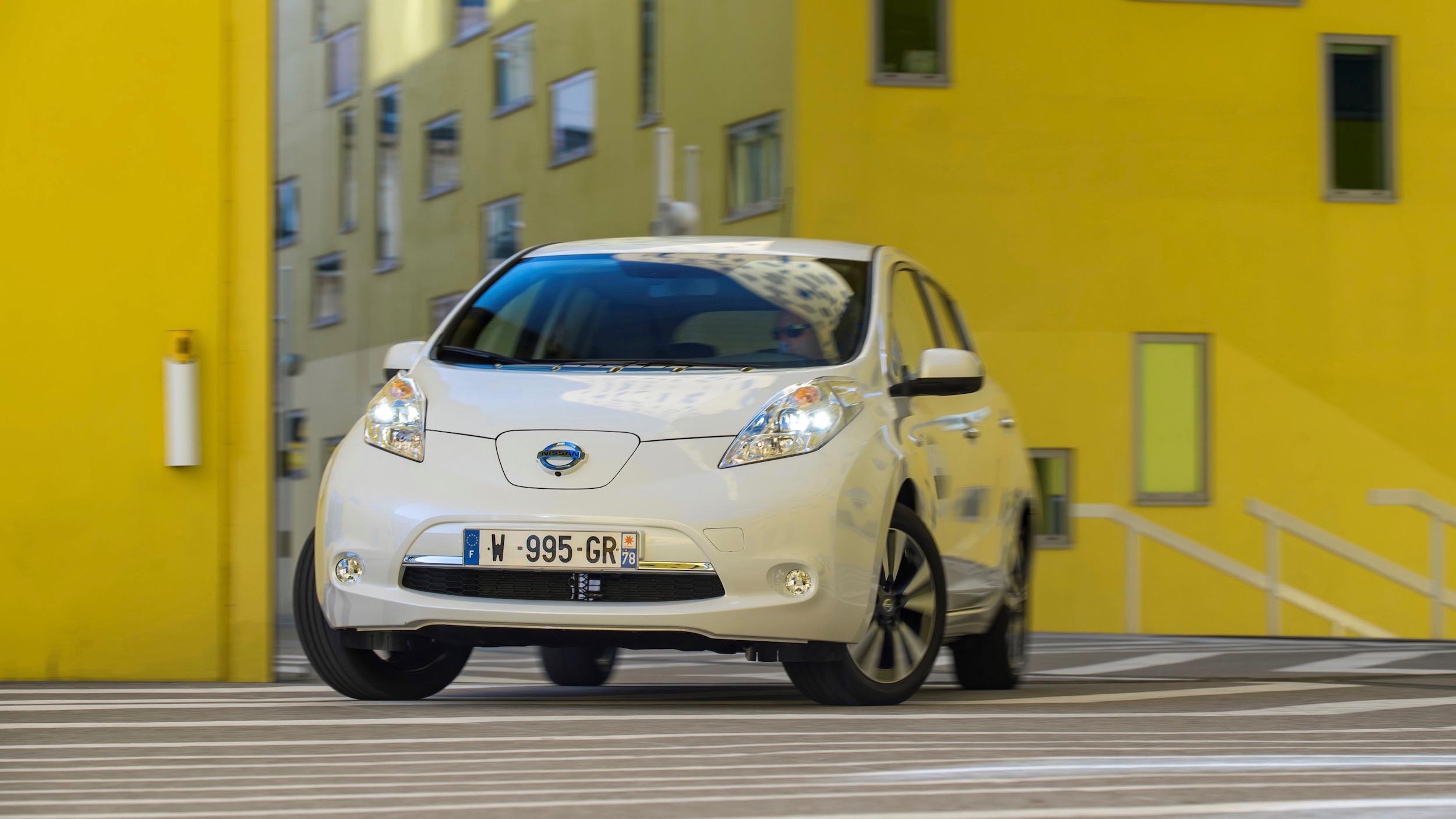 138578_The_new_longer_range_Nissan_LEAF_drives_through_Saint_tienne_M_tropole