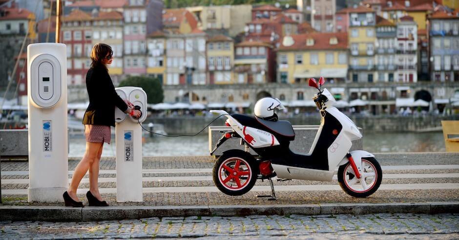 elektrische scooter opladen