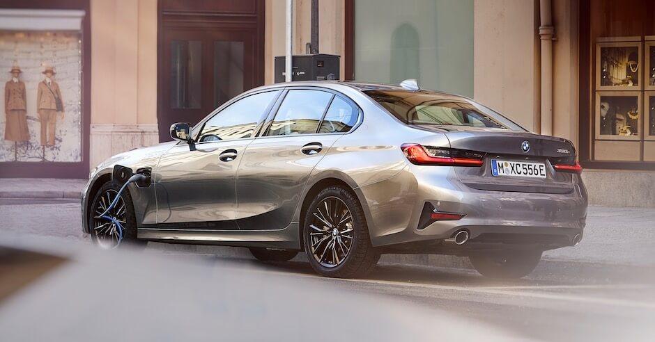 Hybride BMW 330e opladen