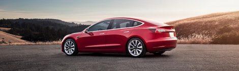 Tesla Model 3 zonsondergang