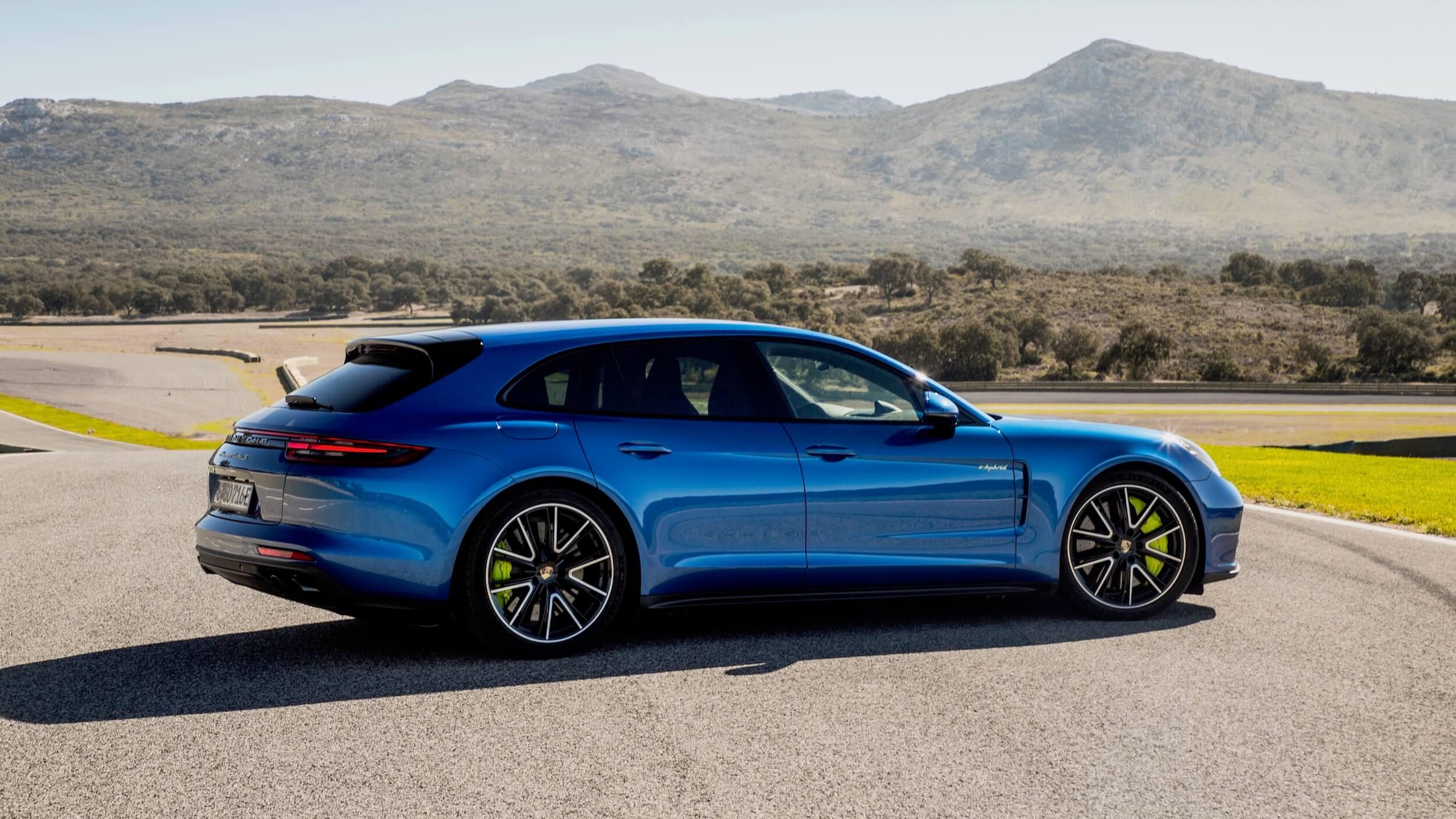 Blauwe Porsche Panamera Sport Turismo