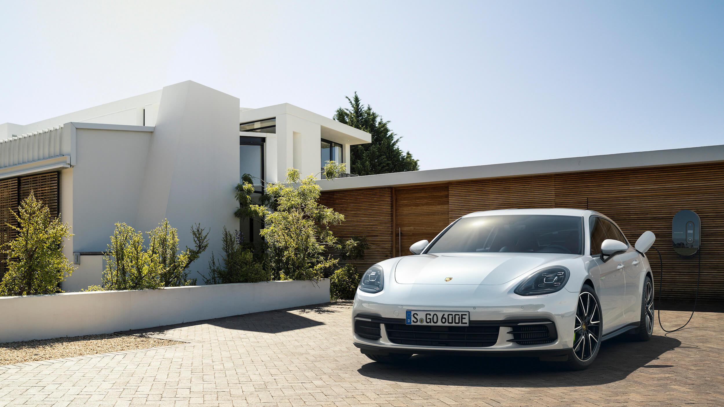 Porsche Panamera aan laadkabel