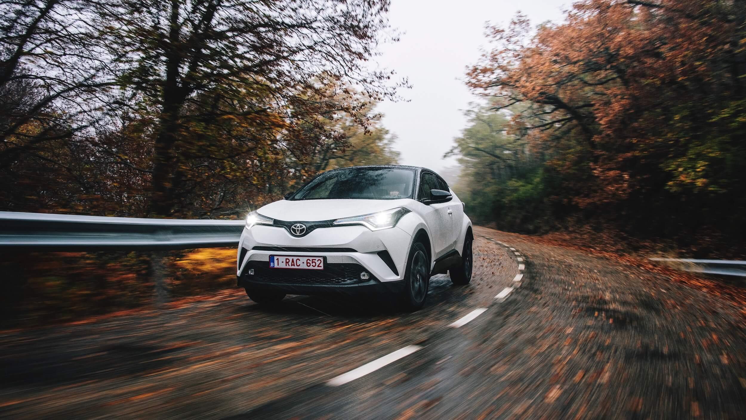 Toyota C-HR met herfstbladeren