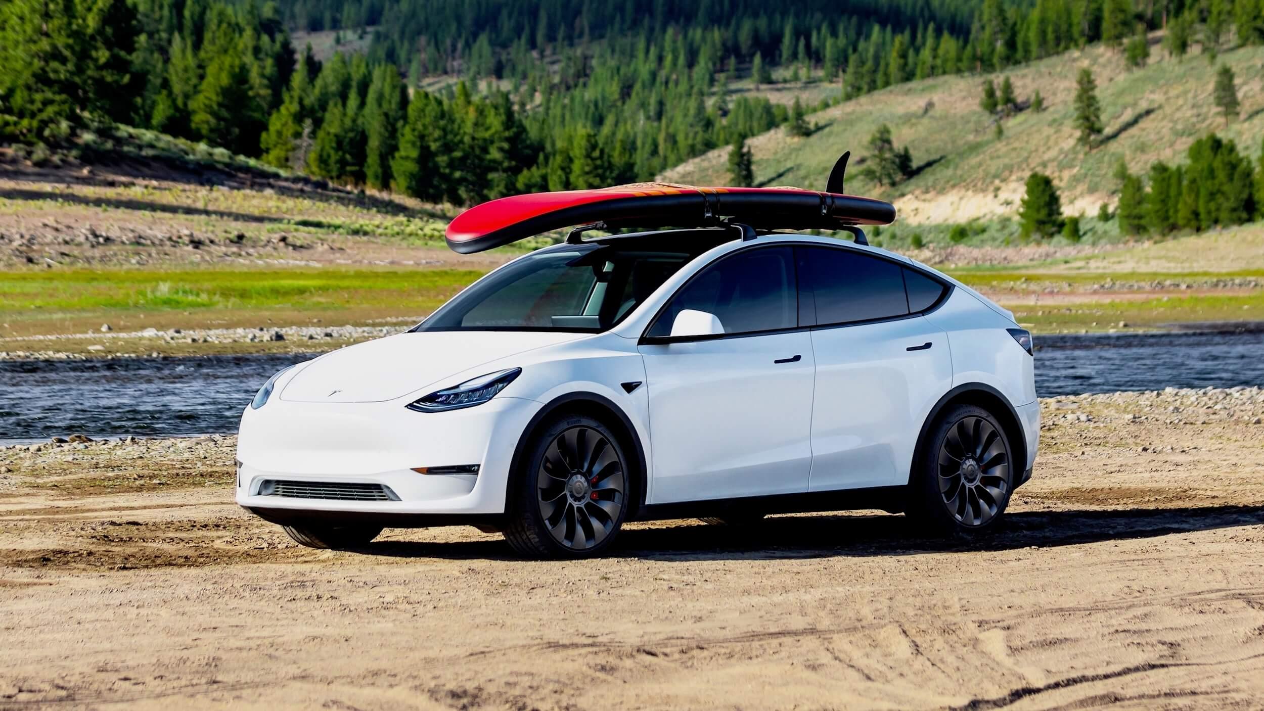 2021 Tesla Model Y met surfbord