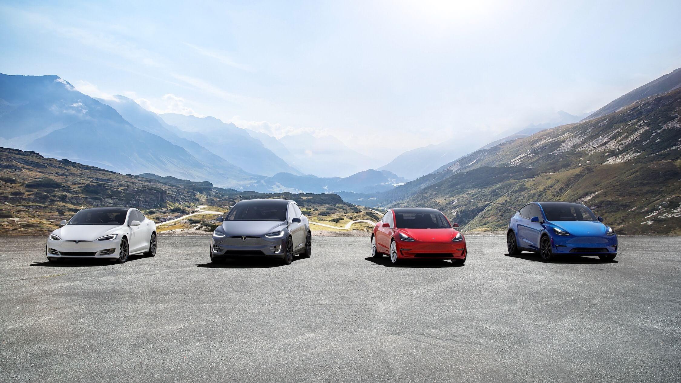 Tesla Model Y naast andere Tesla wagens