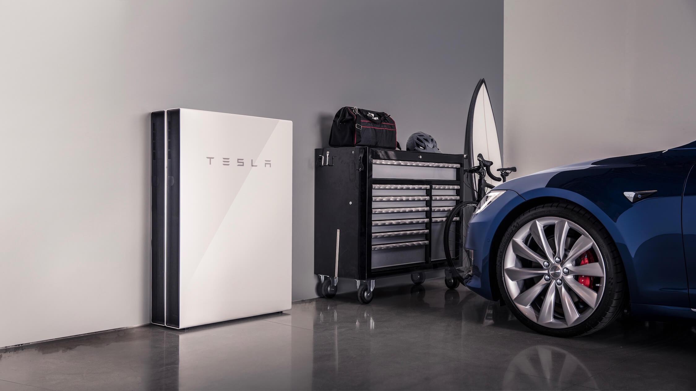 Tesla thuisbatterij naast Model S