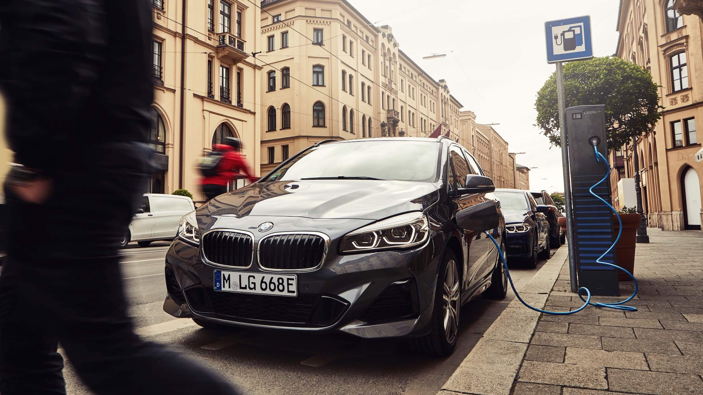 hybride BMW 225xe opladen