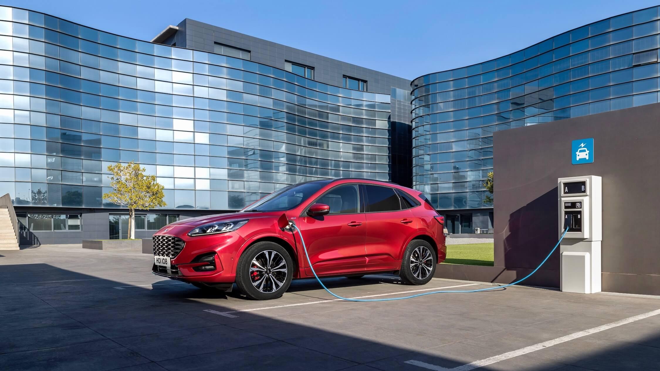Hybride Ford Kuga opladen