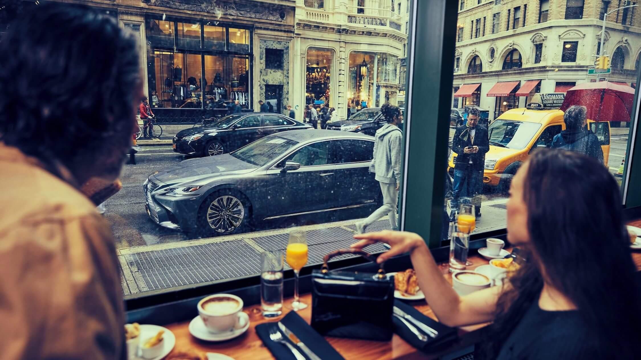 Lexus LS 500h lifestyle