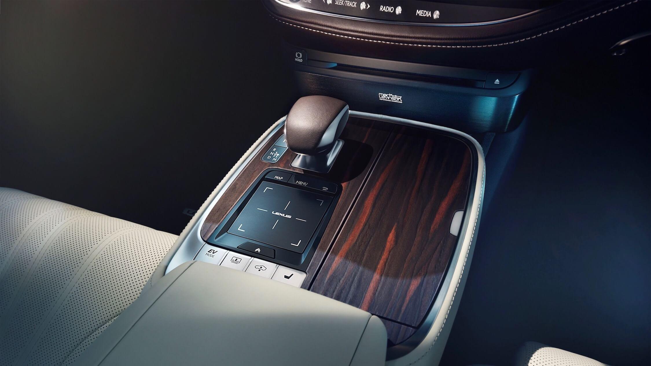 Lexus LS 500h middentunnel