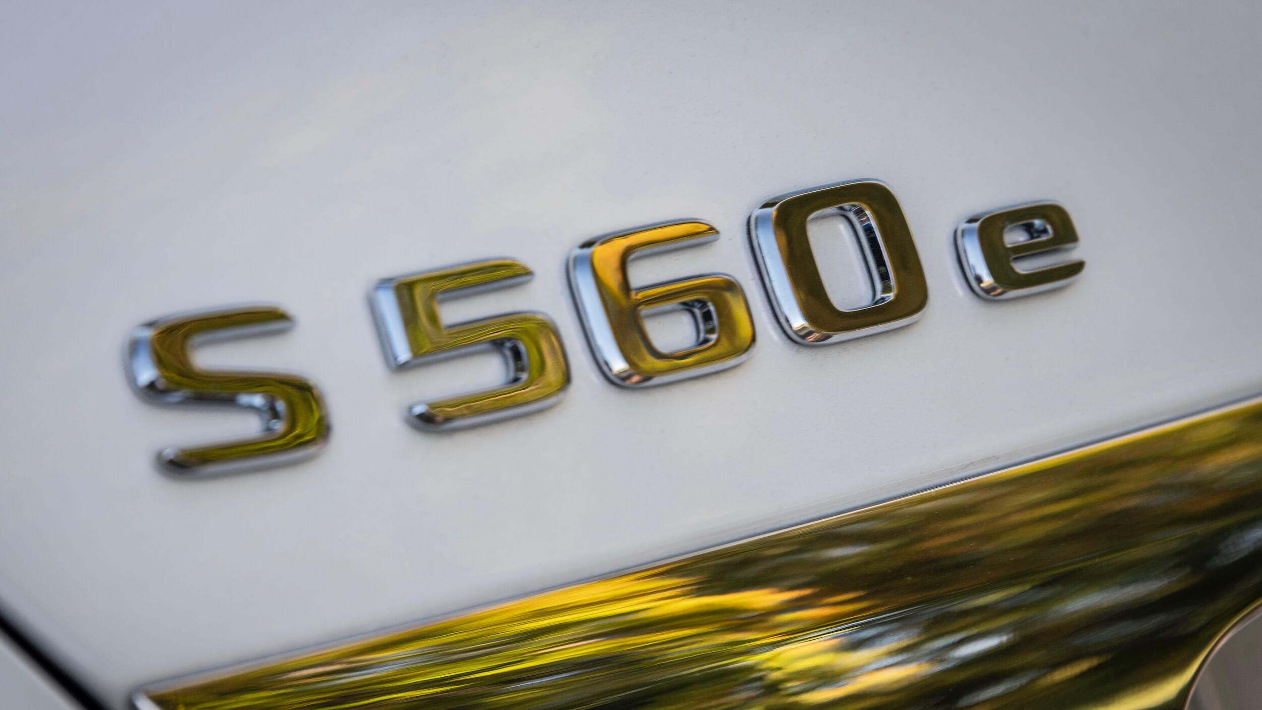 Mercedes S 560e badge
