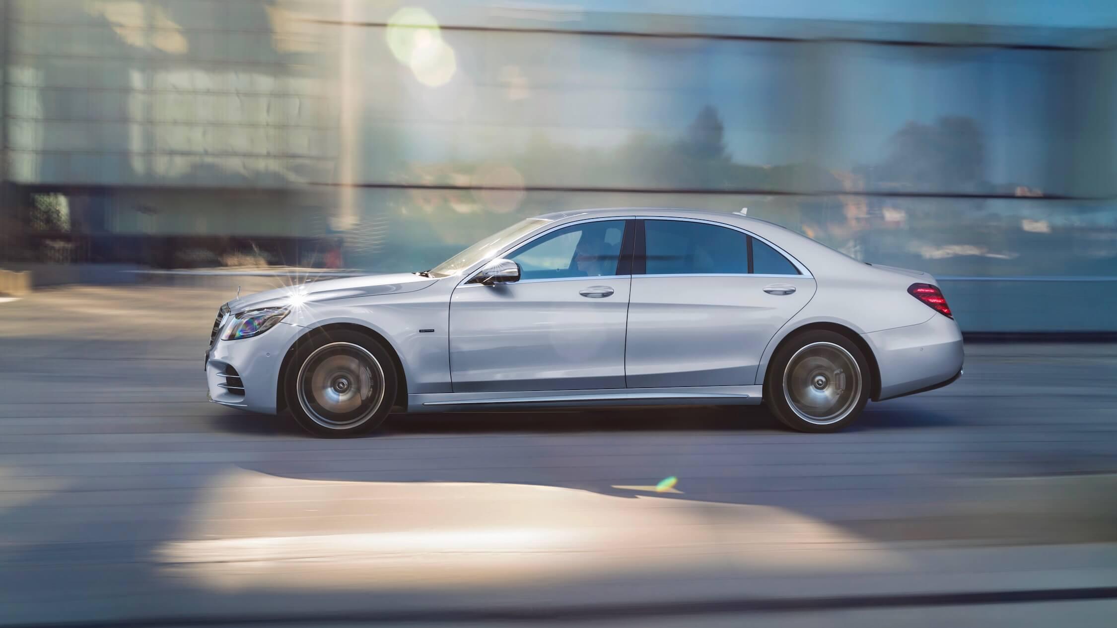 Mercedes S560e zijkant