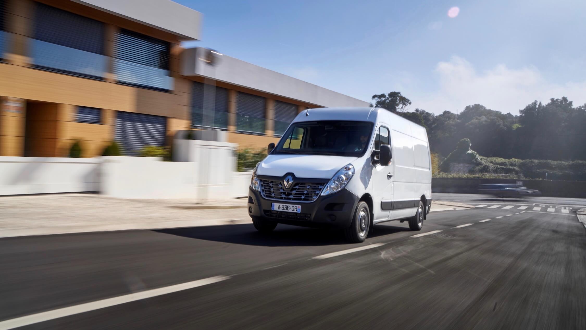 Renault Master ZE rijdend