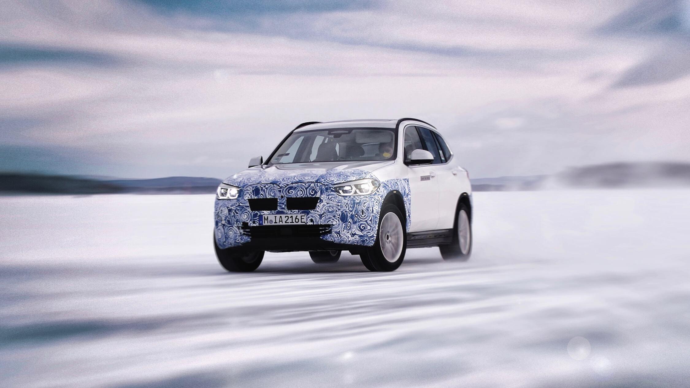 BMW iX3 in sneeuw