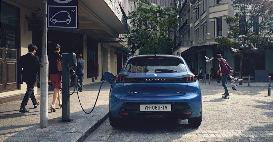 Elektrische Peugeot e-208 laden