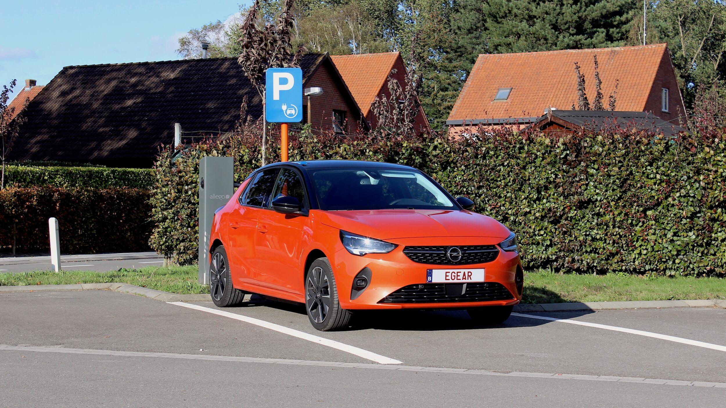 Opel Corsa e aan laadpaal opladen