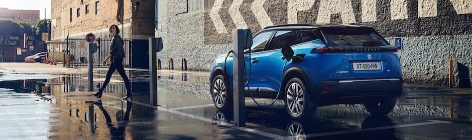 Elektrische Peugeot e-2008 aan laadpaal