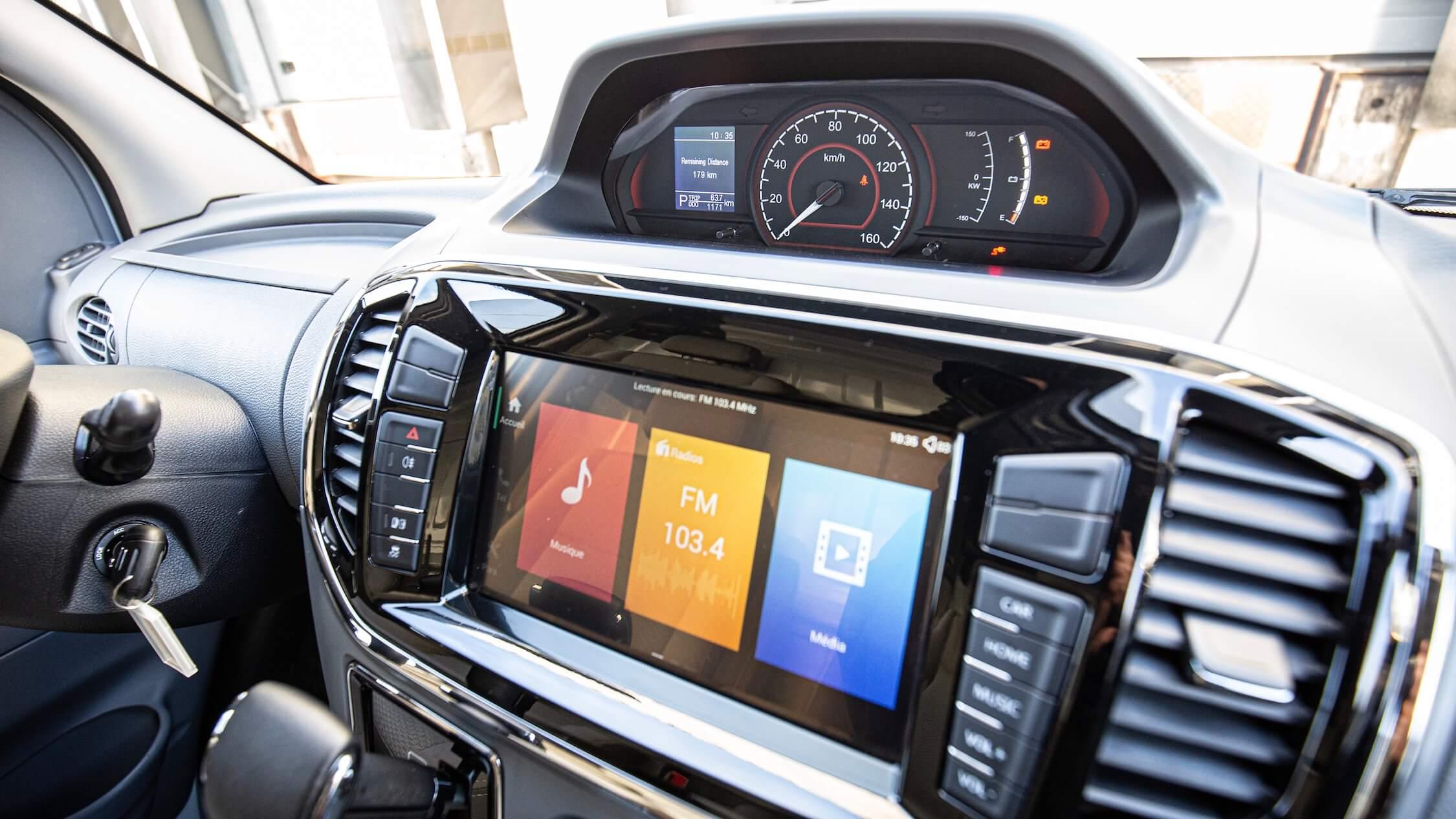 Maxus EV80 screens