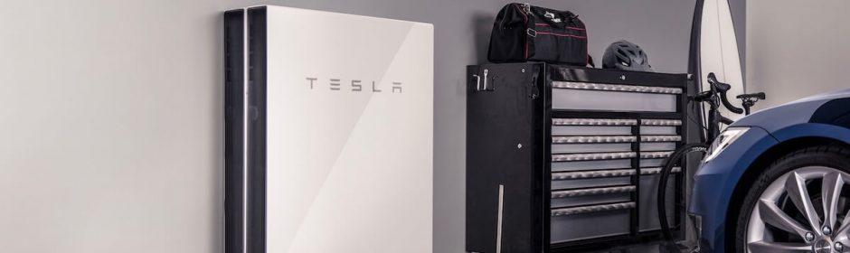 tesla huisbatterij in garage