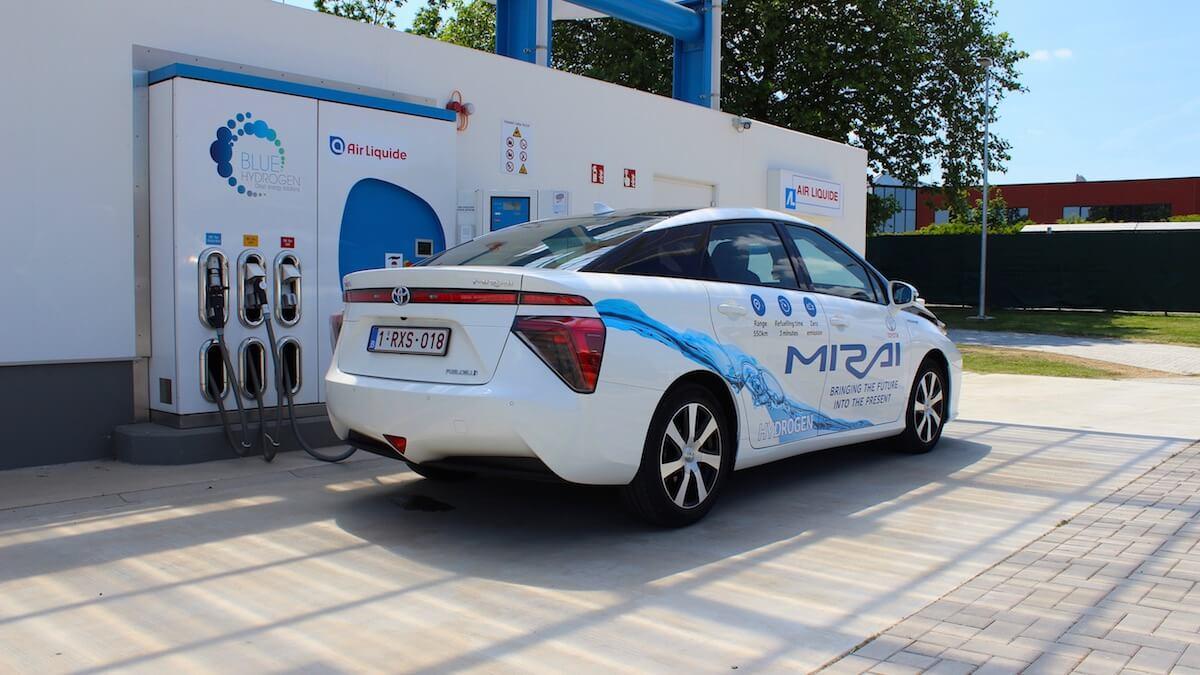 waterstofauto aan waterstofstation
