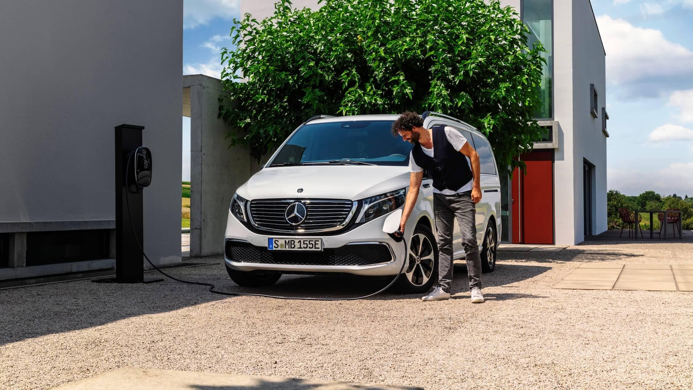 Mercedes EQV naast laadpaal