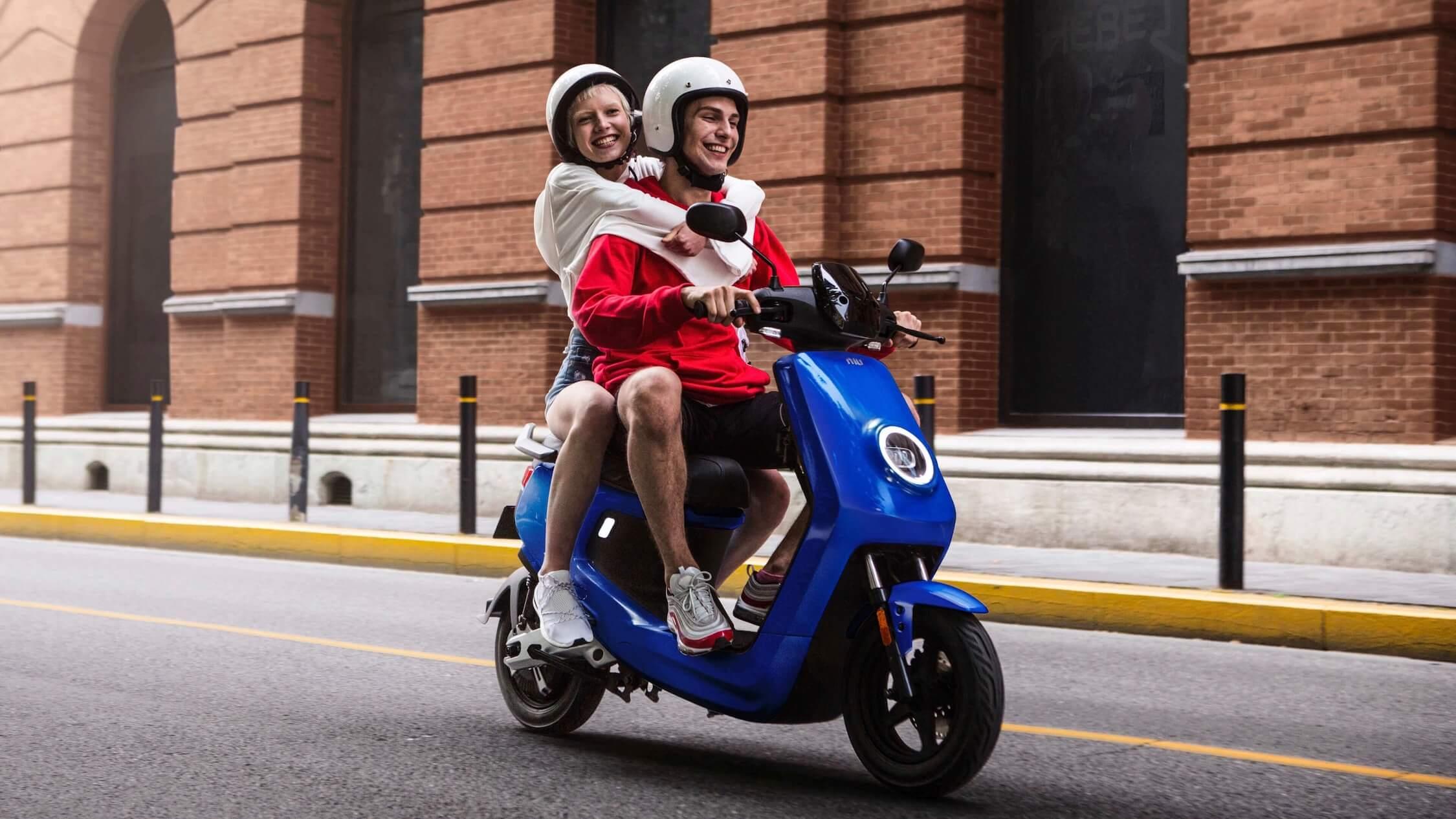 Niu M plus elektrische scooter blauw