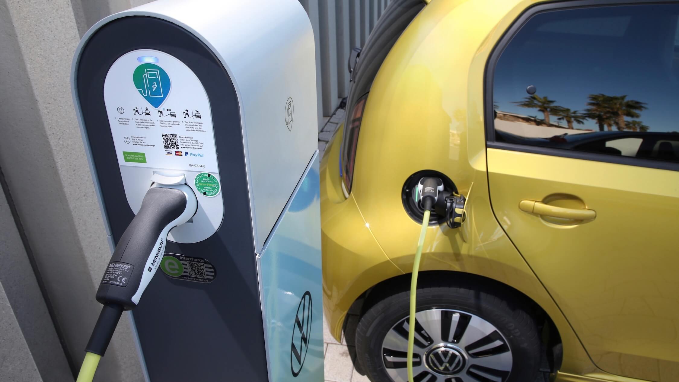 Elektrische Volkswagen e-Up aan laadpaal
