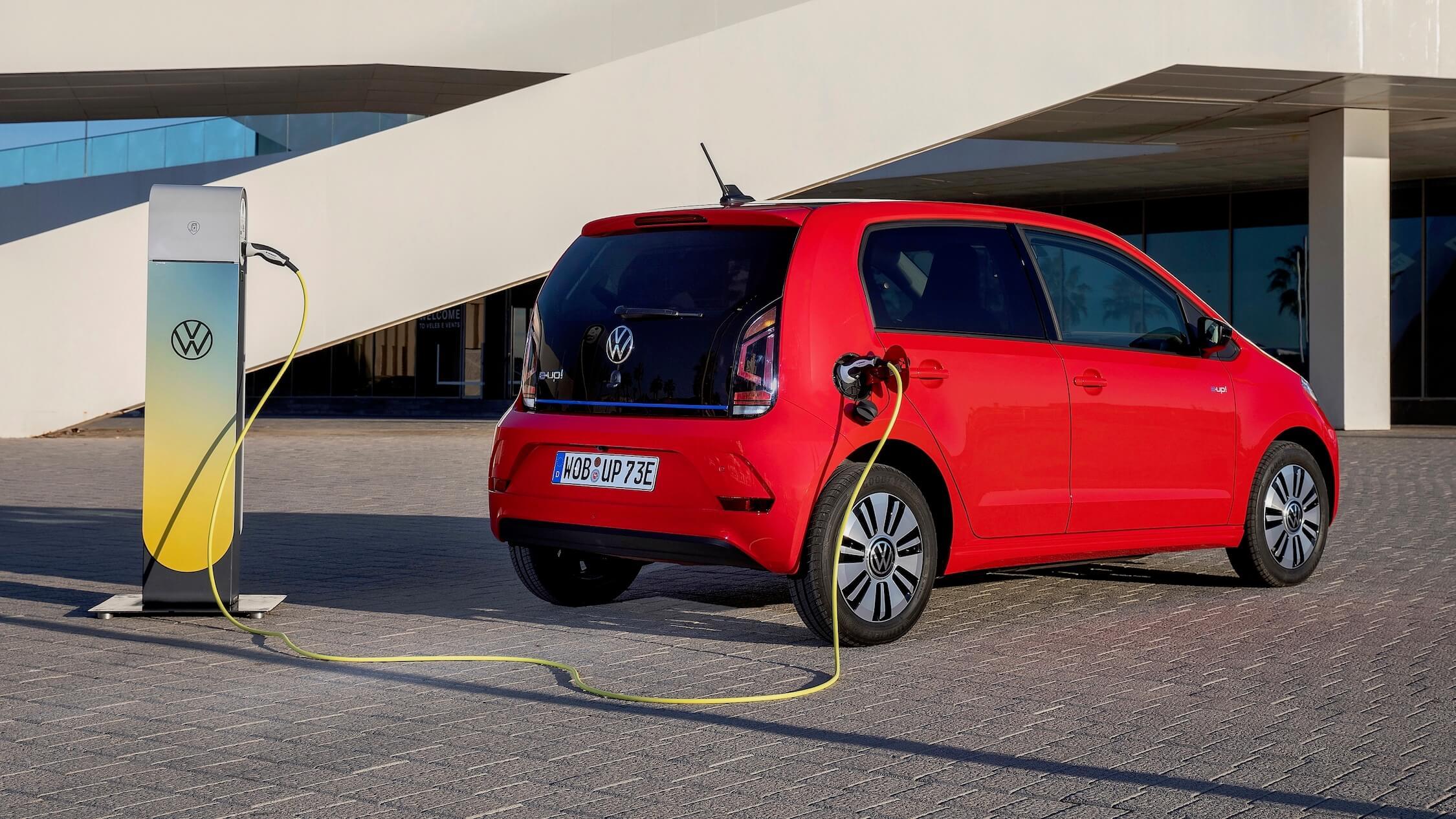Elektrische Volkswagen e-Up aan laadpunt