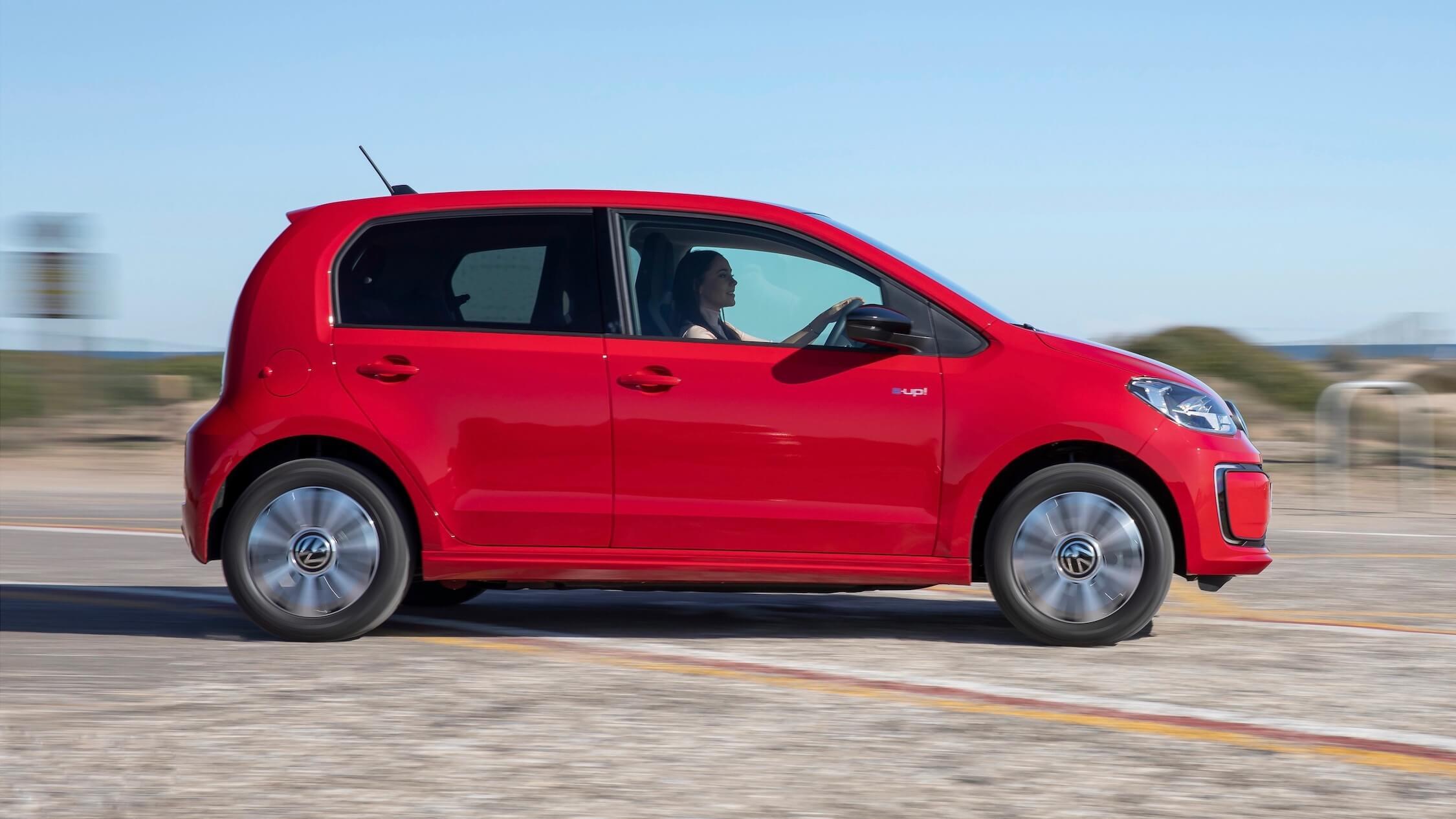 Rode Volkswagen e-Up zijkant