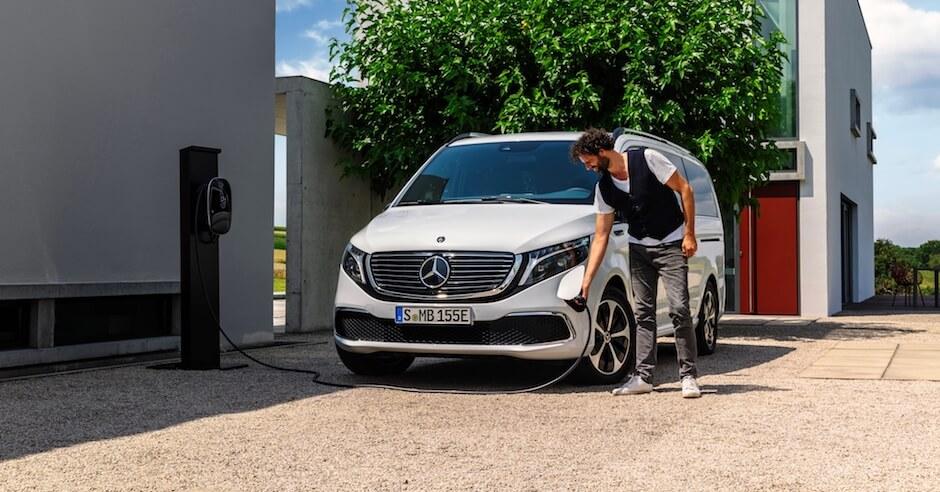 Elektrische Mercedes minibus opladen
