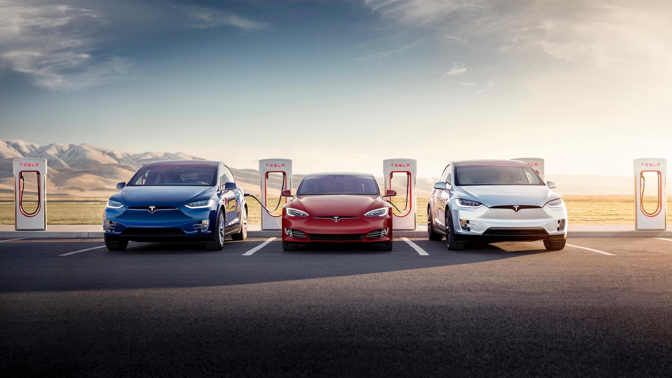 Tesla wagens aan snellaadpalen