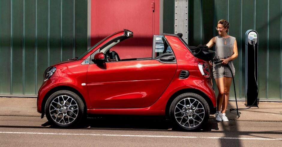 elektrische Smart cabrio opladen