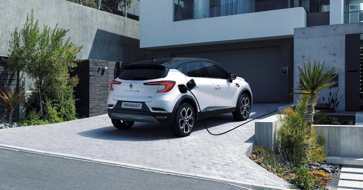 Renault Captur plug-in hybride laadt op aan laadpaal