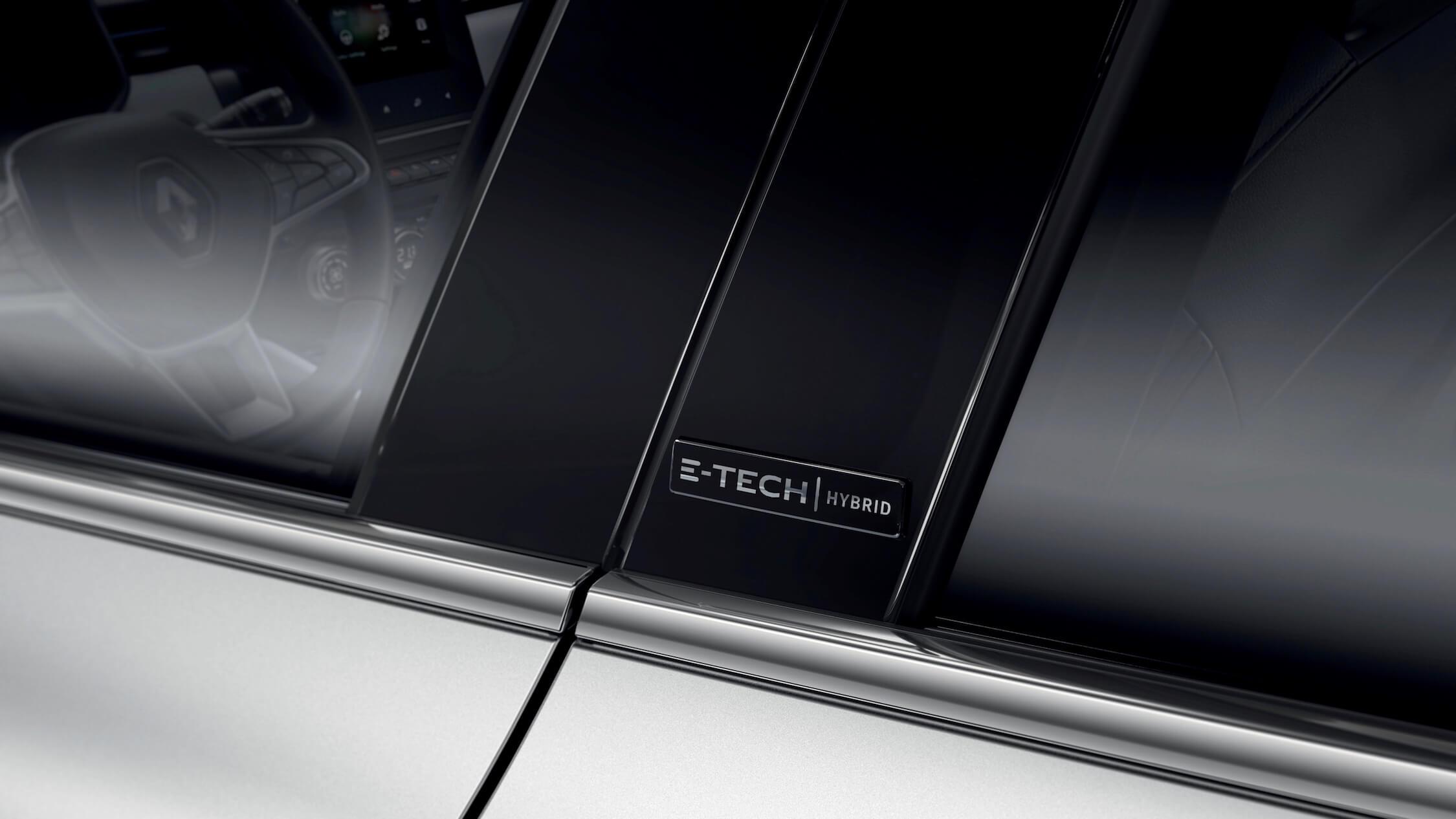 Hybride Renault Clio E-Tech logo op deur