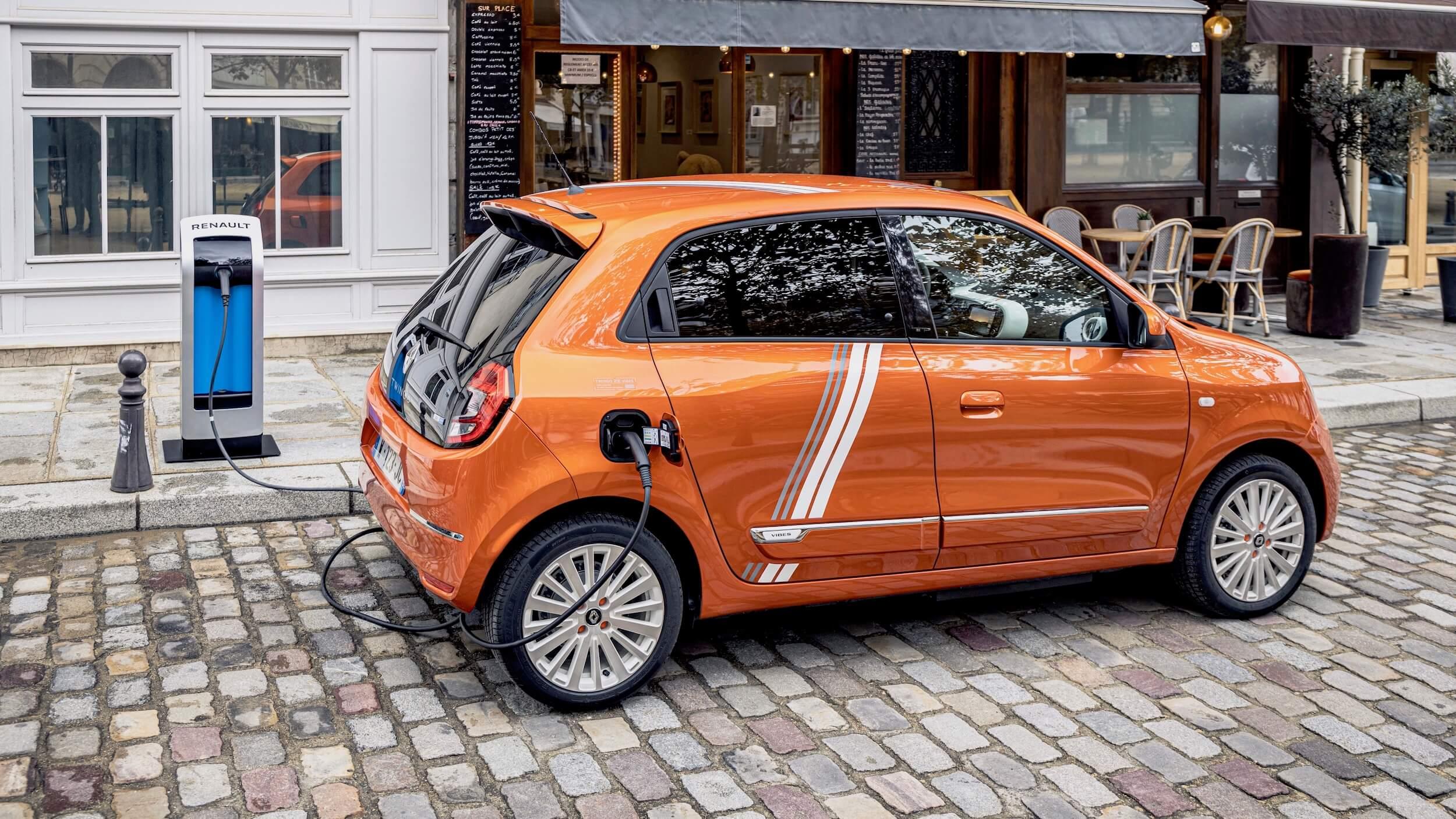 Renault Twingo ZE aan laadpaal