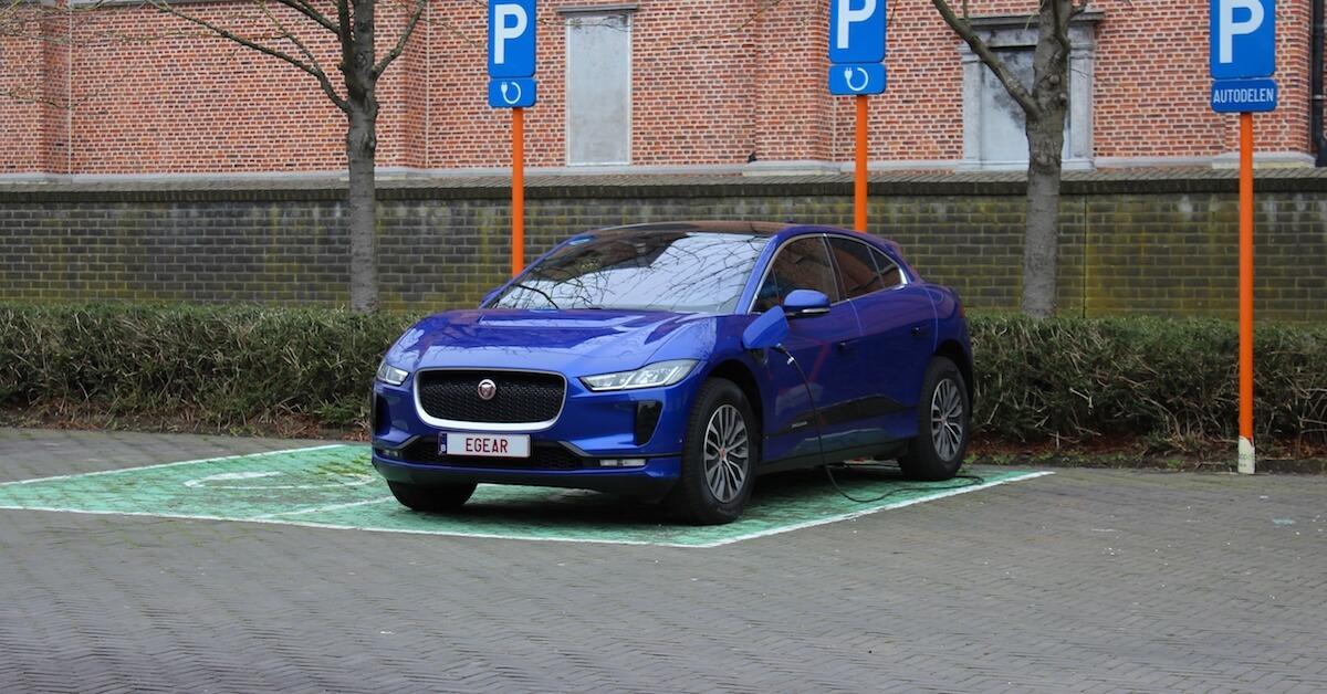 elektrische Jaguar I-Pace opladen aan laadpaal