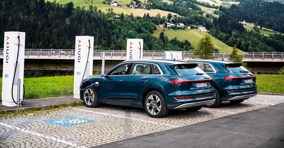 Audi e tron aan laadpaal