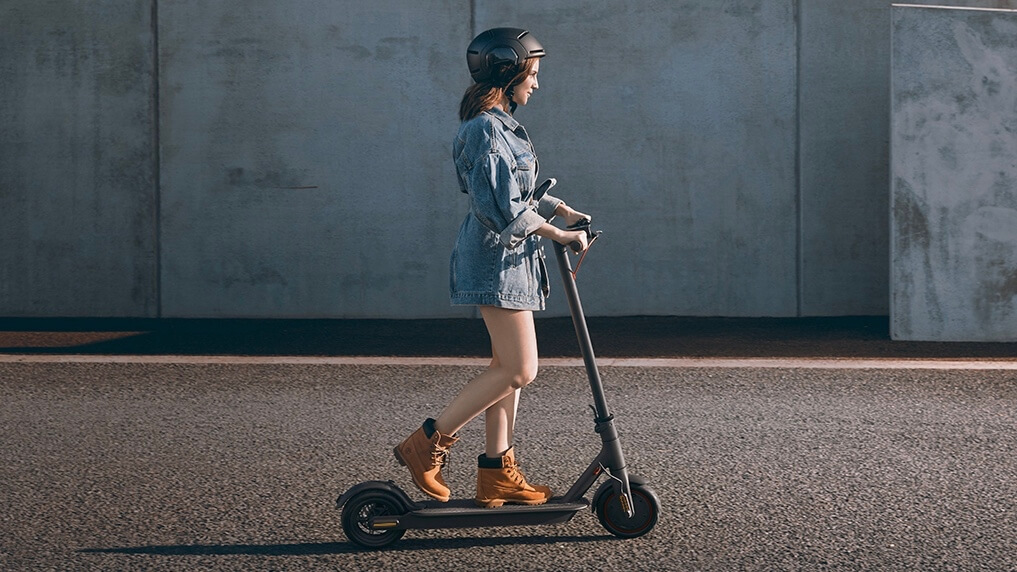 Meisje op Xiaomi elektrische step