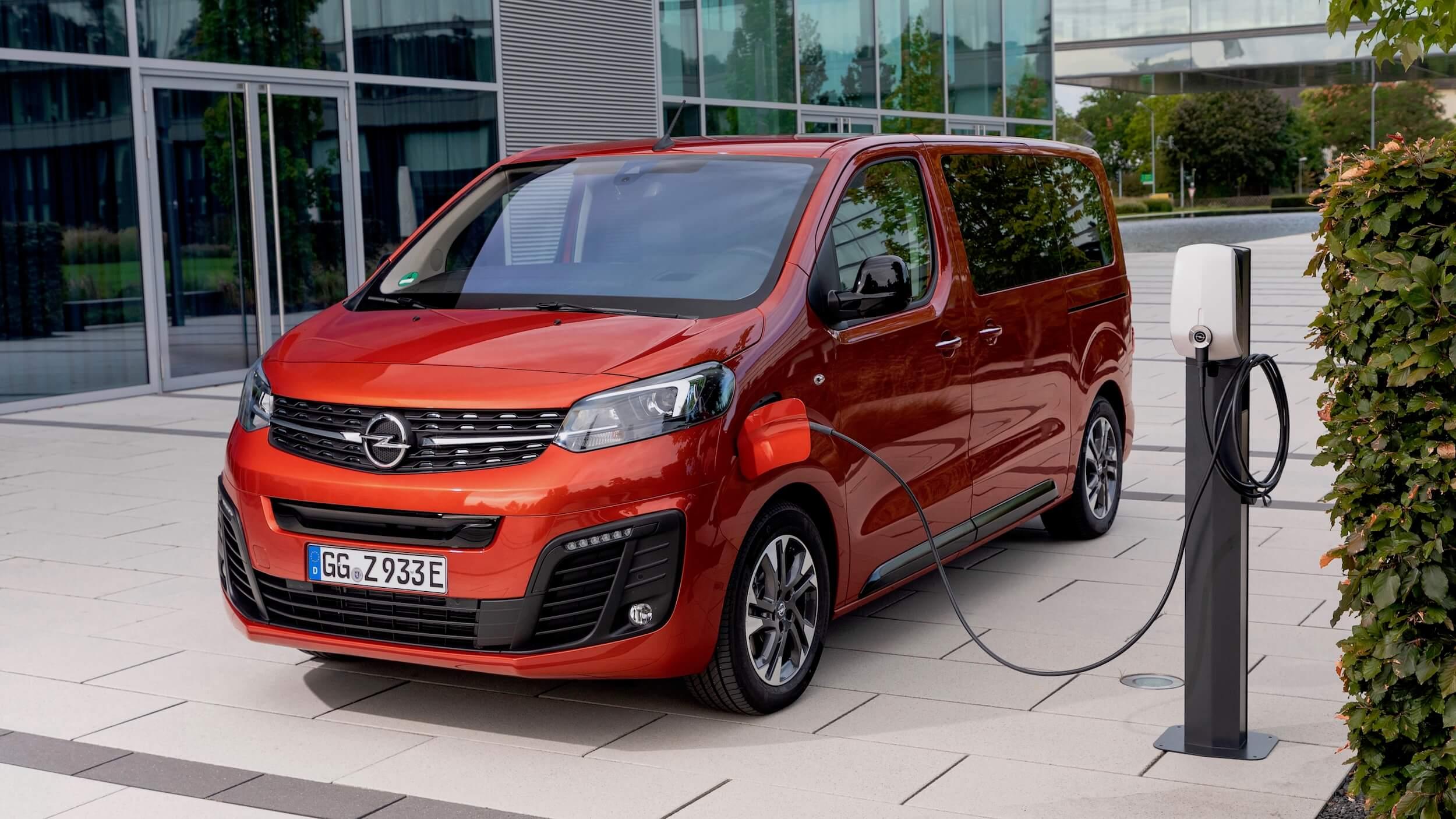 Opel Zafira e Life aan laadpaal
