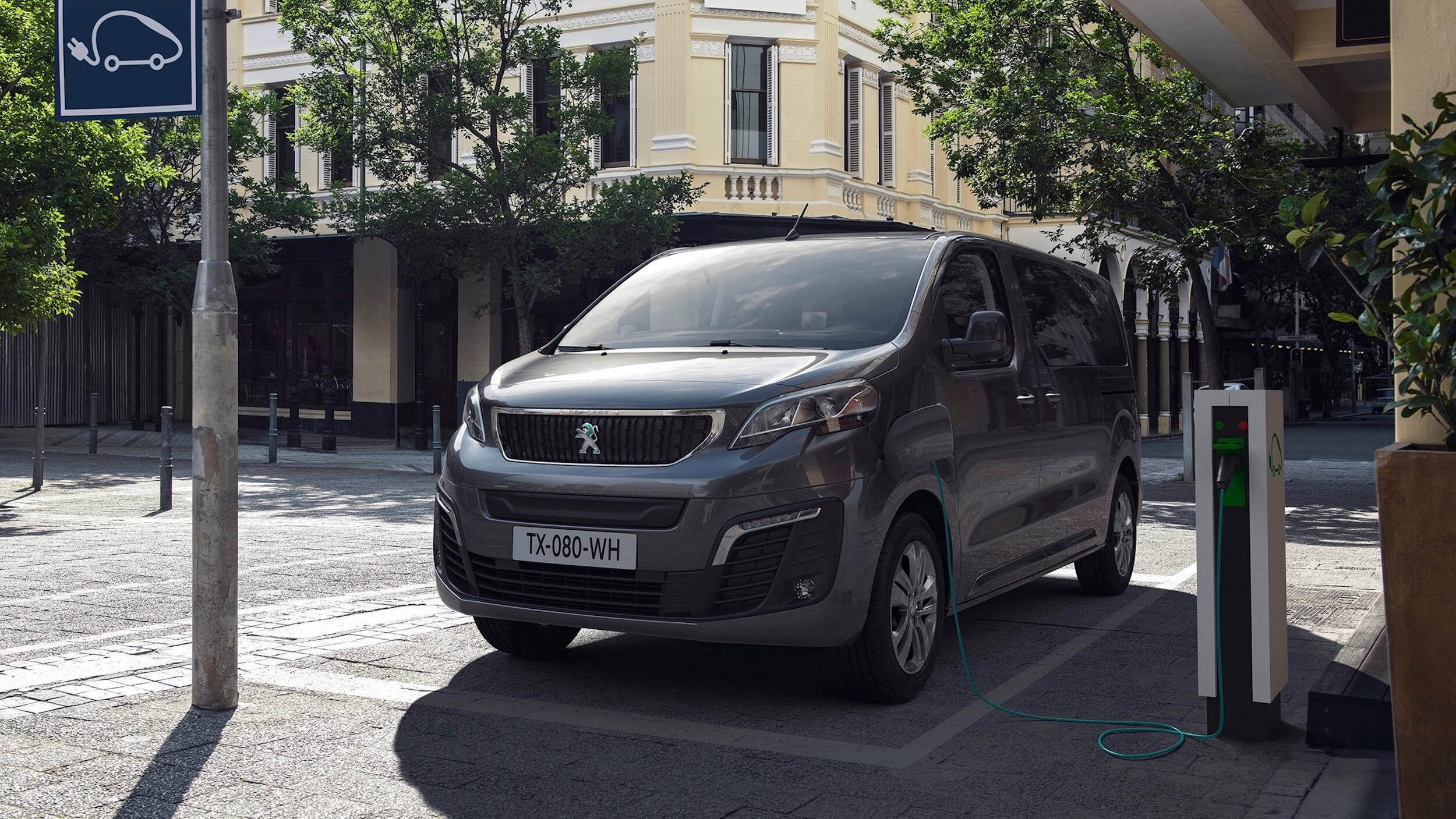elektrische Peugeot minibus aan laadpaal