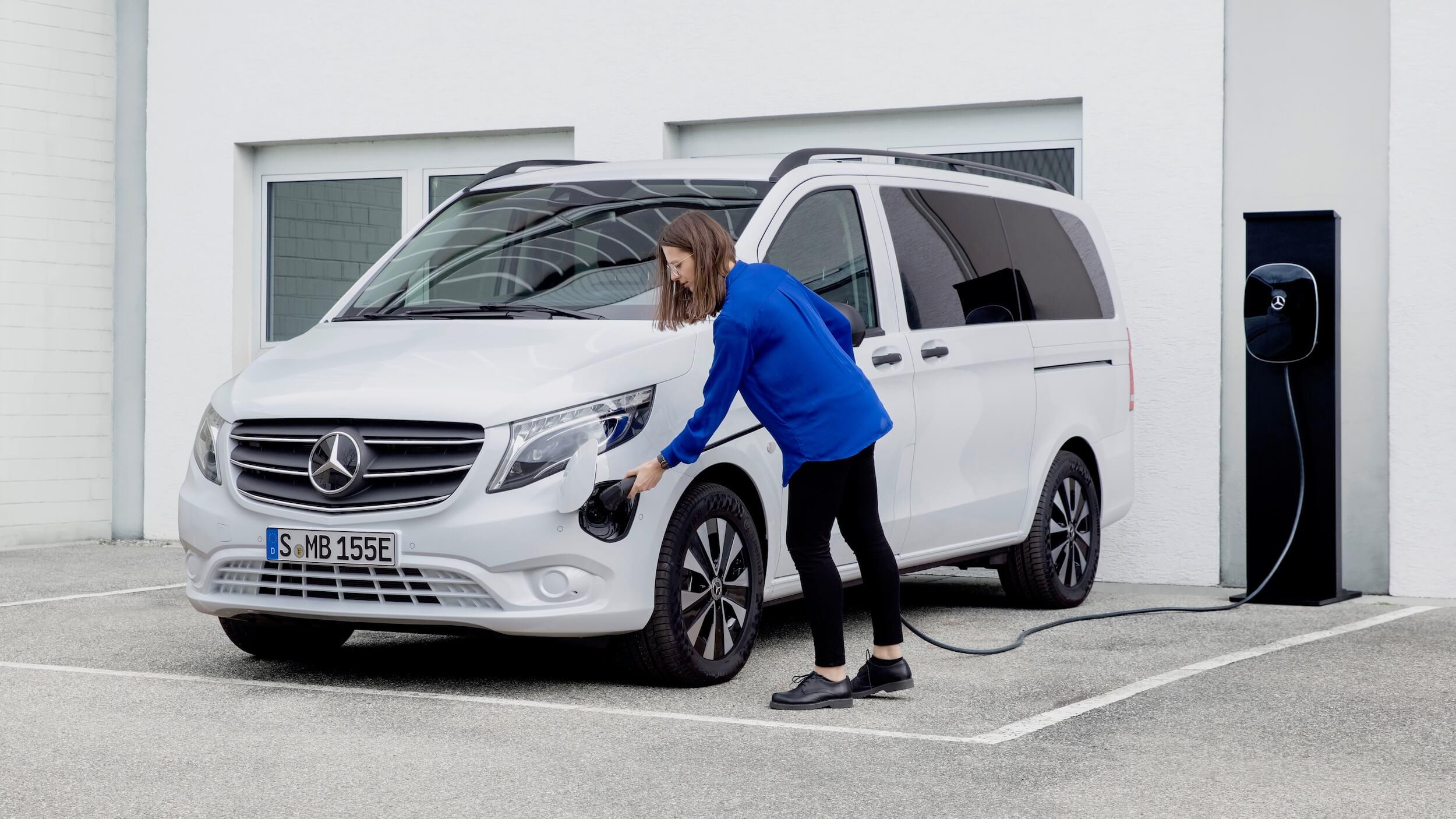 Elektrische Mercedes eVito Tourer aan laadpaal