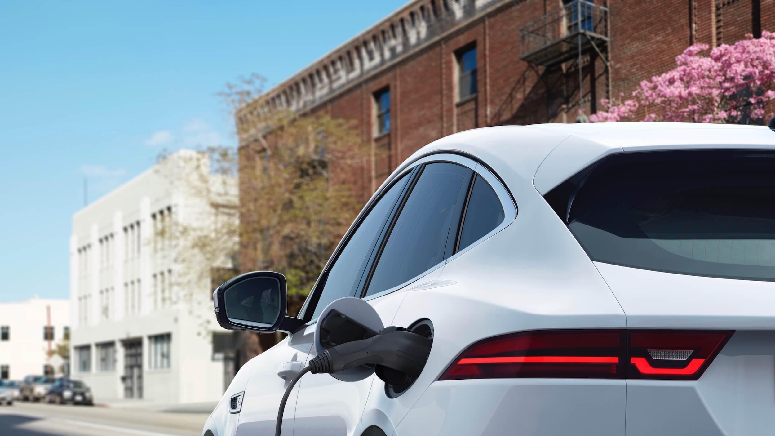 Hybride Jaguar E Pace laadplug