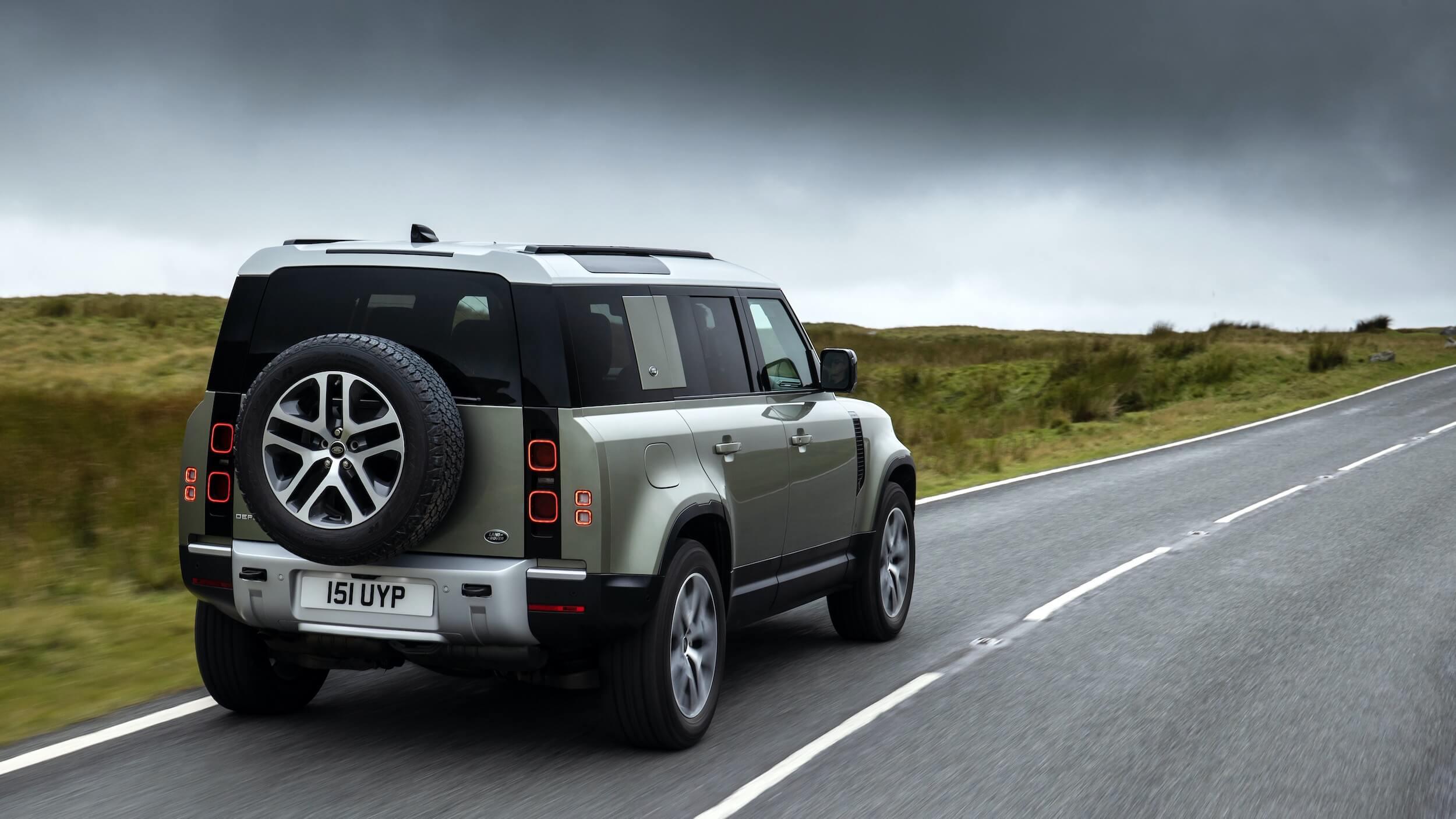 Land Rover Defender 110 P400e achterkant