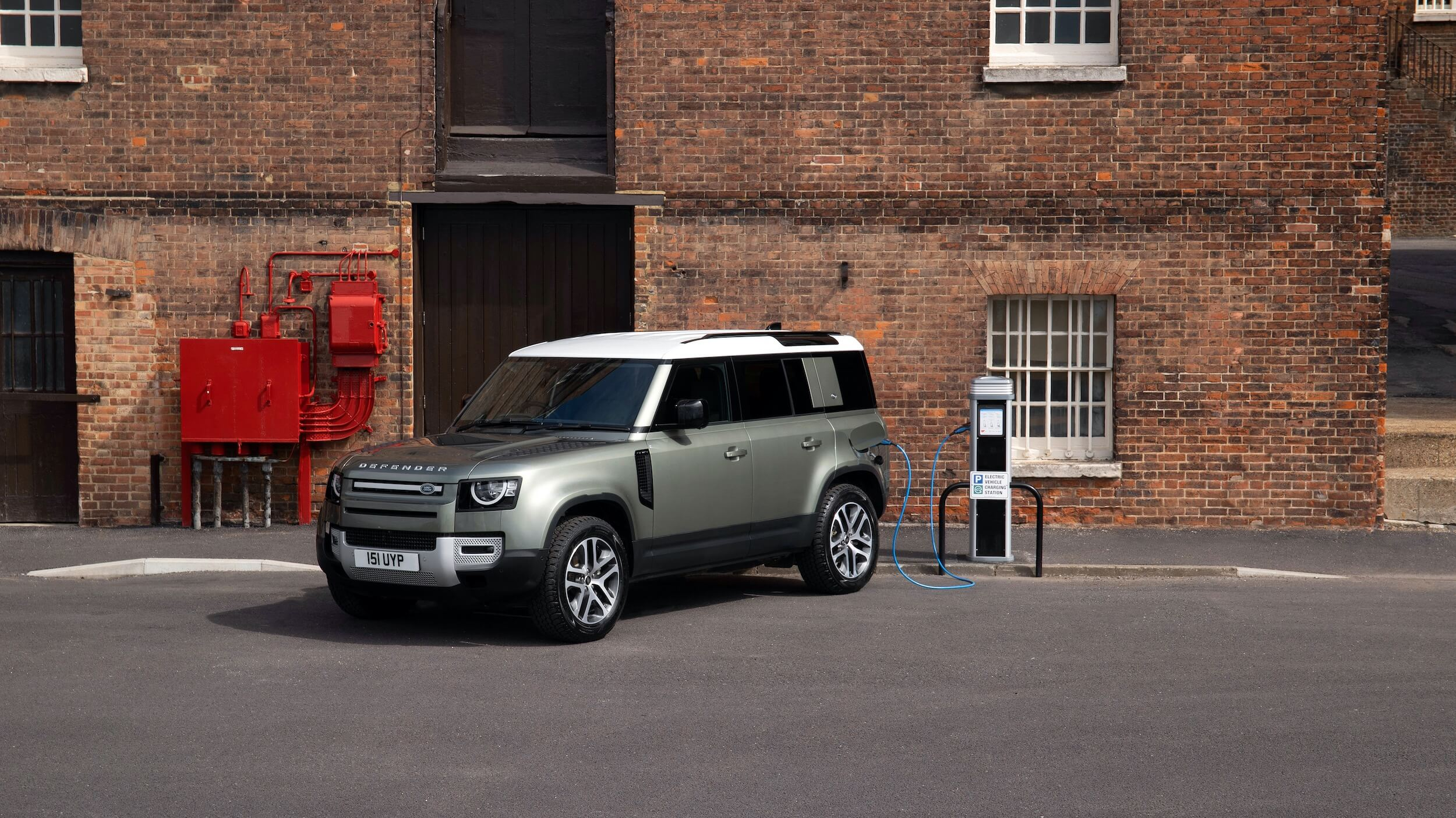 Land Rover Defender 110 P400e laadpaal