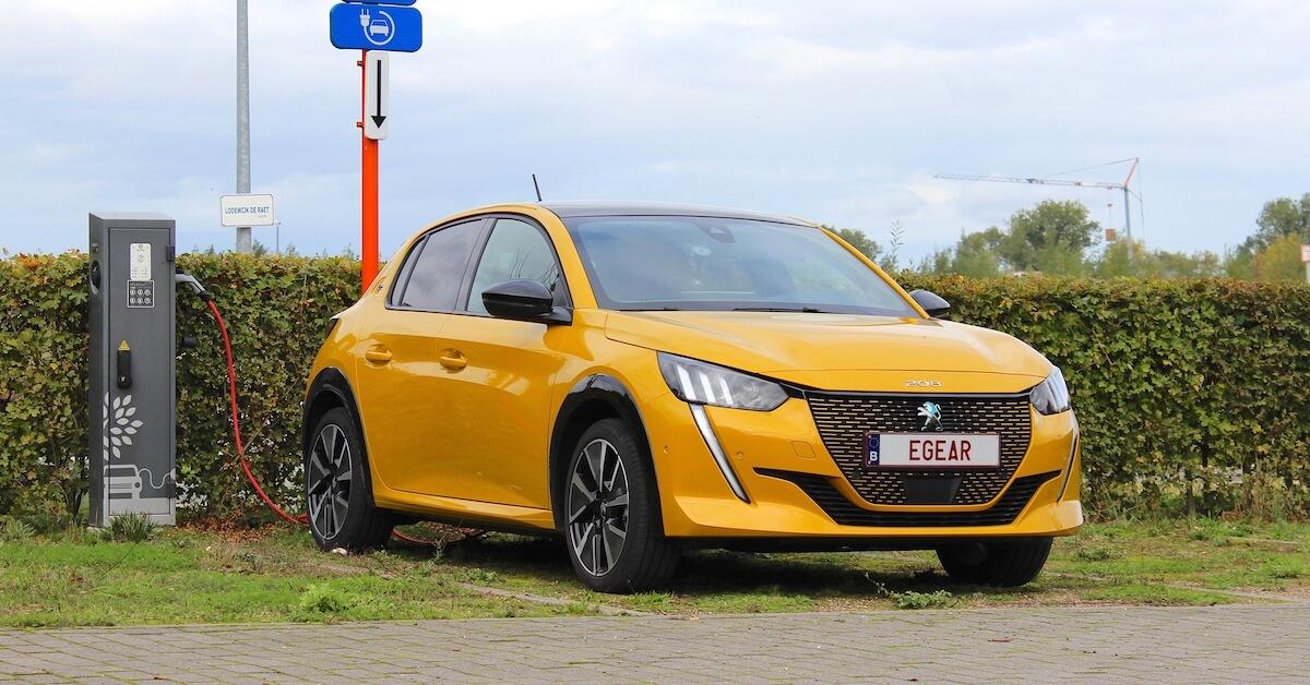 elektrische Peugeot e 208 opladen aan laadpaal