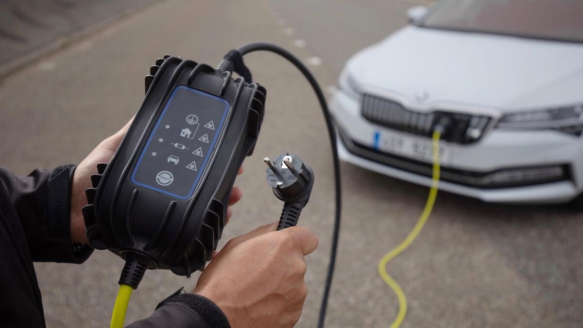 elektrische auto en stopcontact