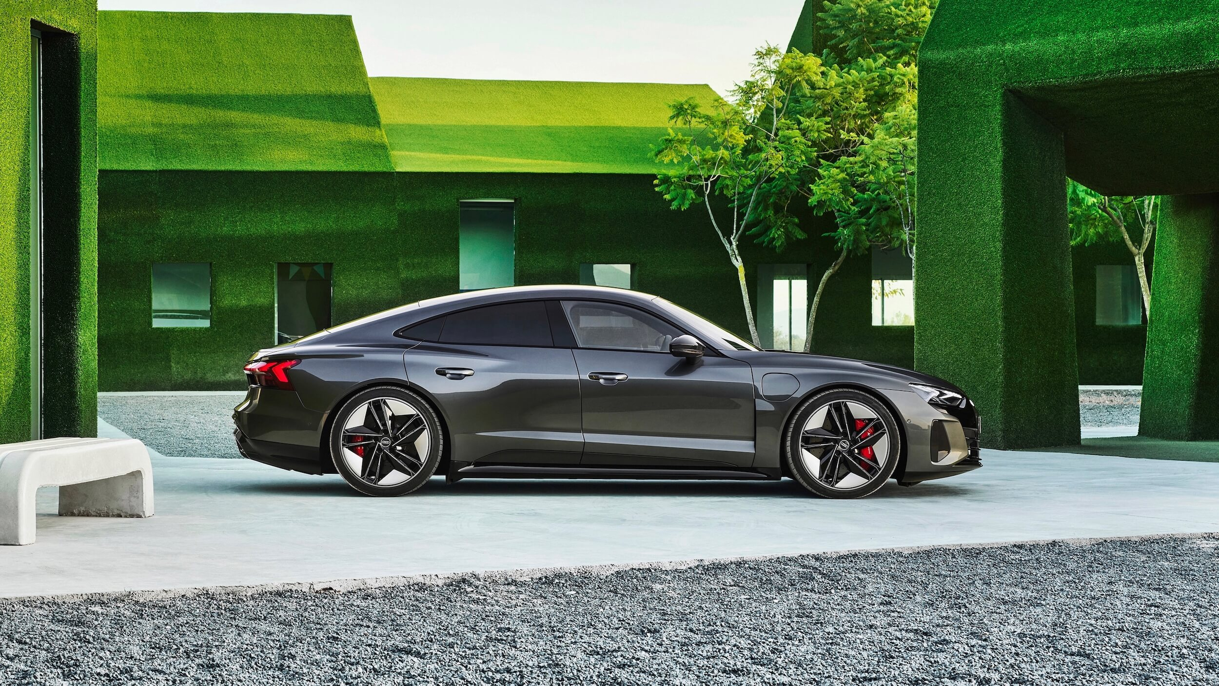 Audi e tron GT RS groene achtergrond