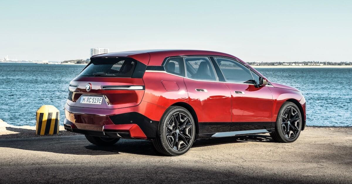 BMW iX aan de kade