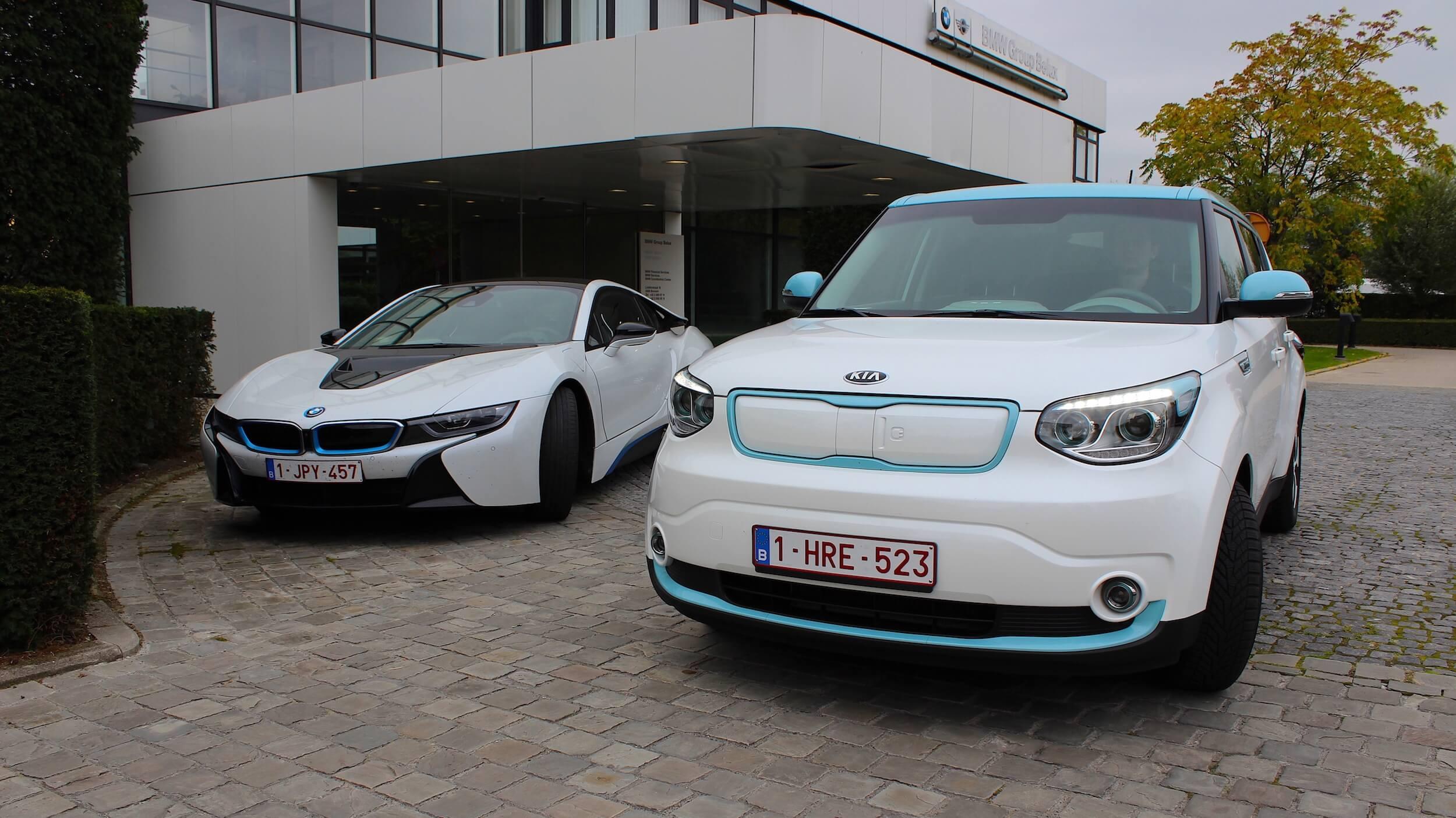Kia Soul EV naast BMW i8